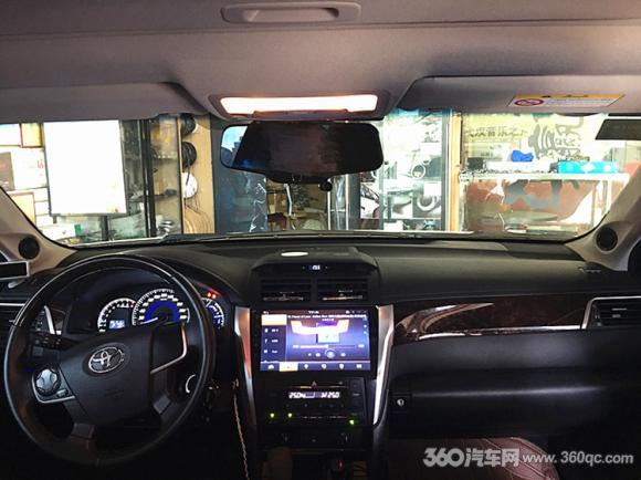 这次来武汉音乐之声改装音响的车主是一个资深音乐爱好者,对于自己追求的音乐和要求是非常严谨,改装汽车音响也不是第一次了,随着听力提升和要求的不断提高,从两分频到三分频,车主越来越有自己的追求和选择。  改装车型丰田凯美瑞 音源是好声音的好效果的源头,凯美瑞选择路畅T820主机通过同轴信号直接输入到魔立方12路DSP解码器,音源信号没有丝毫的损耗。  德国爱索特中音喇叭安装在前挡风玻璃前方,原车位置低调安装。高音倒模在A柱,利于声场定位和高频衔接扩散,犹如点睛之作;  德国艾索特参考级喇叭安装在原车位,精准声